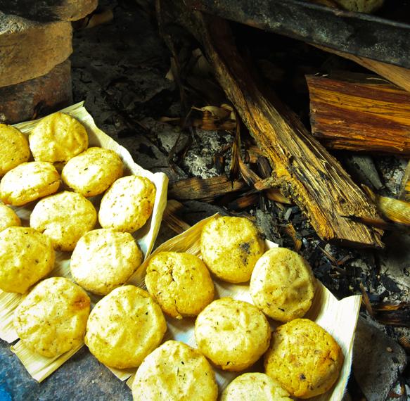 Los crujientes totopostes tienen la particularidad que son horneados en hoja de tusa. Le recomiendo que los pruebe con una humeante taza de buen café.