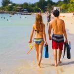 Turistas en busca de aventurarse al snorkeling.