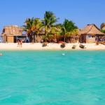 Cayo Chachahuate es muy popular entre los visitantes por la belleza de sus playas y la comunidad garífuna que habita en él.