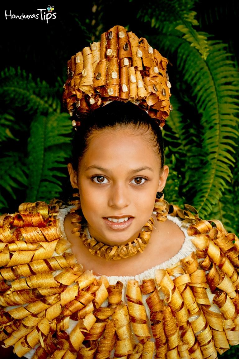 En el Festival del Maíz encontrará trajes de cualquier material imaginable, como por ejemplo, rizos de madera.