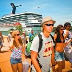 Visitantes arribando de un crucero en Mahogany Bay.