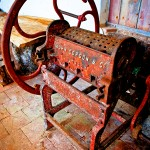 En la fotografía, una máquina desgranadora de maíz (siglo XIX) de finca Santa Emilia.