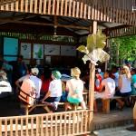 Turistas recibiendo charla de inducción sobre el mantenimiento del Monumento Nacional Marino, Cayos Cochinos.