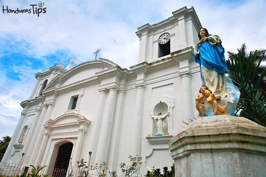 La Iglesia de la Inmaculada Concepción en Danlí se localiza frente al parque central.