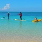 Paddleboarding es una de las curiosas actividades que se pueden realizar en Roatán.