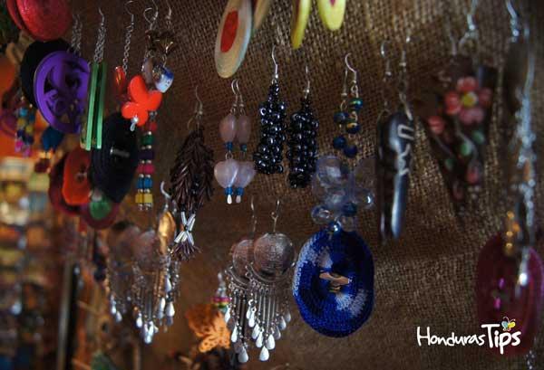 Fina bisutería encontrará en La Casa de Todo / You will find jewelry at La Casa Adquiera sus telares Lencas