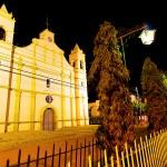 Vista nocturna de la iglesia católica de San Lorenzo.