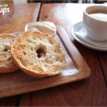 Disfrute de una deliciosa taza de café acompañada de bagels / Enjoy a delicious cup of coffee accompanied by bagels.