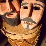 Máscaras de madera y tambor del Baile Moros y Cristianos.