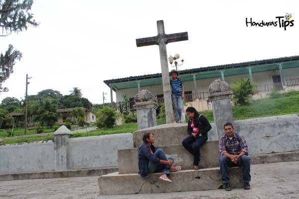 Disfrutando de una amena charla frente a la iglesia de La Campa
