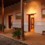 Casa Galeano posee pinturas que se plasmaron por artistas de la época, quienes trabajaban con pigmentos naturales / Casa Galeano has original paintings by artists of the time who used natural pigments.