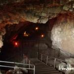 La entrada de la cueva queda debajo del nivel de la tierra.