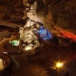 Las cavernas estan iluminadas creando un hermosa juego de luces reflejado en las rocas.