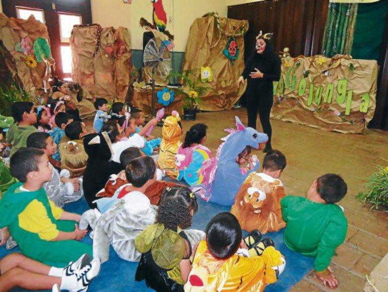 La hora de cuento es una forma de atraer al público infantil.