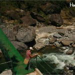 Luego de cruzar el puente colgante a unos pasos del centro de visitantes, inicia el impresionante trayecto hacia los senderos en la montaña de Pico Bonito / After crossing the hanging bridge located near the visitor center you will begin your journey through the stunning mountain trails of Pico Bonito.