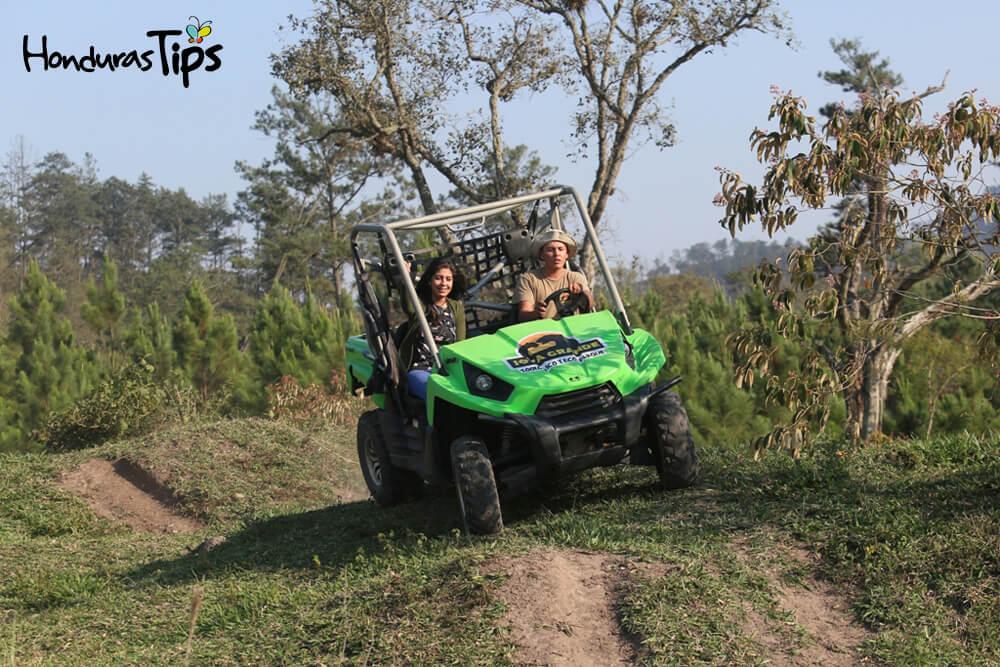Los turistas se divertirán con el famoso tour rino que explora las montañas del ecoparque.
