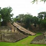 Inmediatamente después del Campo de Pelota, se encuentra la Escalinata Jeroglífica / Right next to the Ball Court you will find the the Hieroglyphic Stairway.