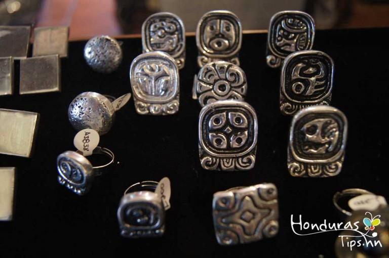 Yat B'alam, El Alfar. Los tradicionales anillos mayas son algo que no pueden faltar.