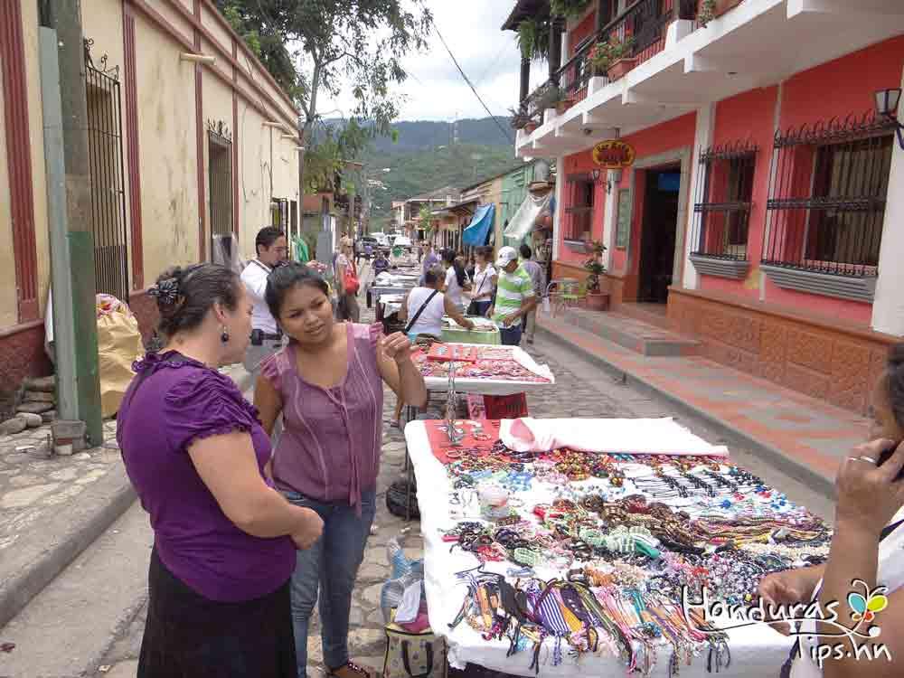 En La Calle de Los Artesanos encontrará todo tipo de bisutería y adornos.
