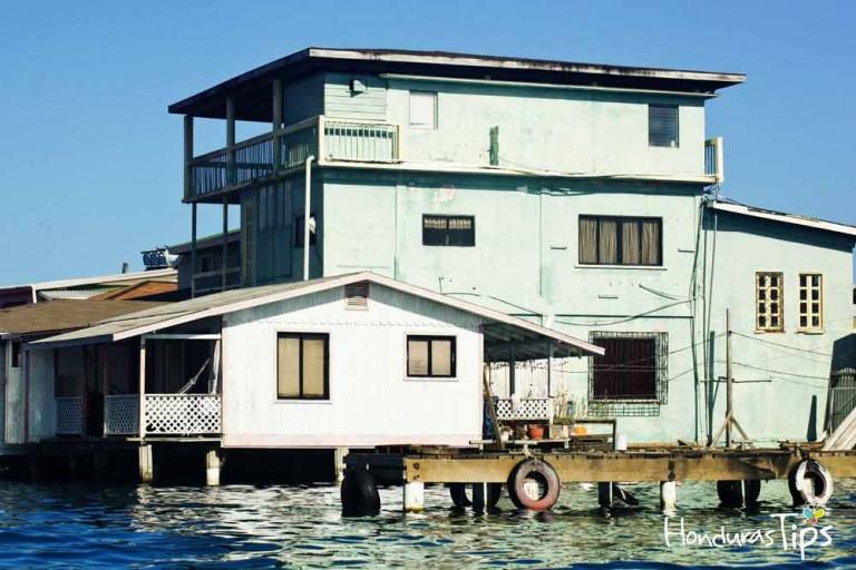 Las casas en el cayo están construidas sobre el agua.