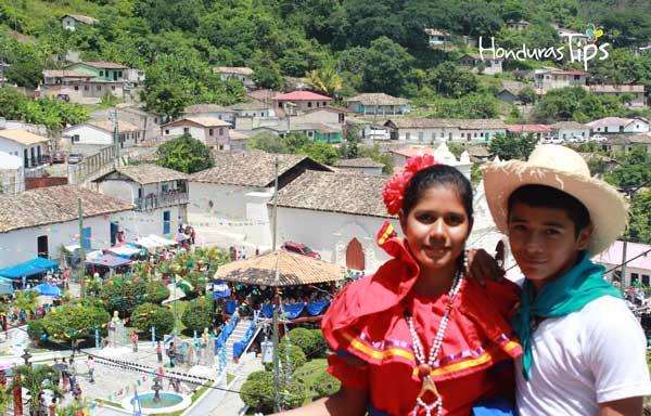 Luis y Beatriz, miembros del cuadro de danza de la comunidad de Cedros.