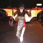 Exóticos trajes modelan los integrantes del desfile.