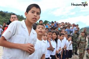Jóvenes de la escuela José Arcadio Pinera, del cercano Mejocote, se admiraron al presenciar el aterrizaje de la primera avioneta en la pista tras su inauguración.
