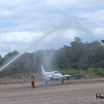 """Como tradición de la fuerza aérea, el Cuerpo de Bomberos de Gracias realizó actos de """"bautizo"""" después del aterrizaje de la primera nave en la pista."""