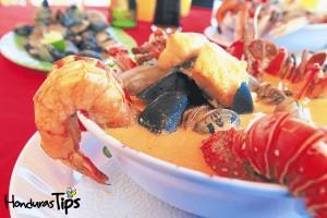 ¡La sopa marinera del sur es un banquete de mariscos!