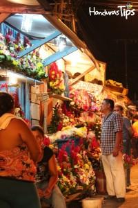Los preparativos para el Día de los Muertos comienzan con antelación, en el Mercado Guamilito de San Pedro Sula, arreglos están a la venta desde la noche anterior.