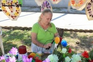 Muchas familias ofrecen servicios de limpieza de sepulturas, pintura de lápidas y mausoleos; reparaciones de estructuras metálicas y cruces; flores y coronas, entre otros.