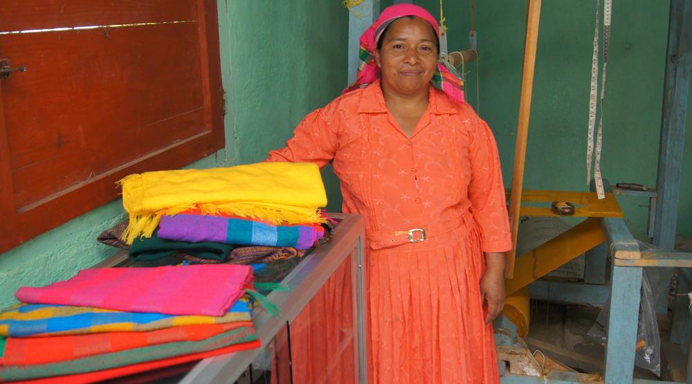 Estos artesanos , en su mayoría mujeres , trabajan en telares manuales, asegurando un producto
