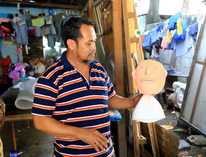 Las figuras de año viejo se hacen con esponja, ropa vieja, rellenos de periódico y cohetes. Foto: Diario La Prensa.
