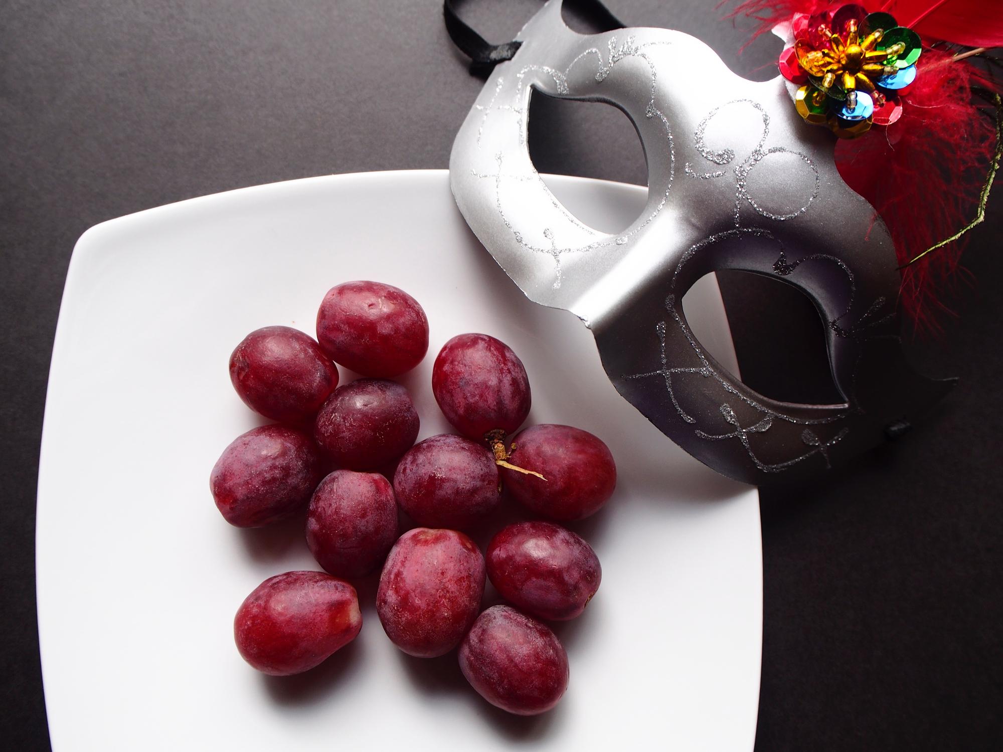 Una costumbre proveniente de España, se trata de comer 12 uvas, una por campanada, al cantar el reloj la medianoche.