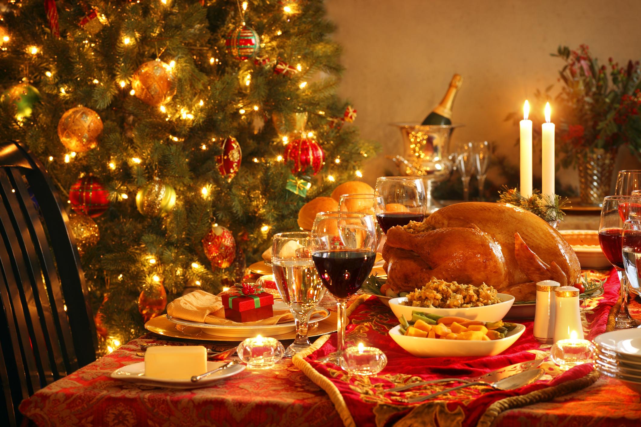 Aún es tradicional la cena en familia y compartir el abrazo y beso de la medianoche, en ocasiones seguido por un brindis con sus allegados.