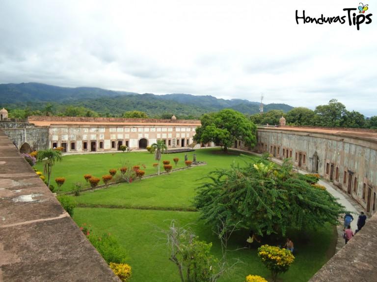 Durante su desembarque en Honduras, pasajeros visitan la fortaleza de San Fernando, en Omoa.