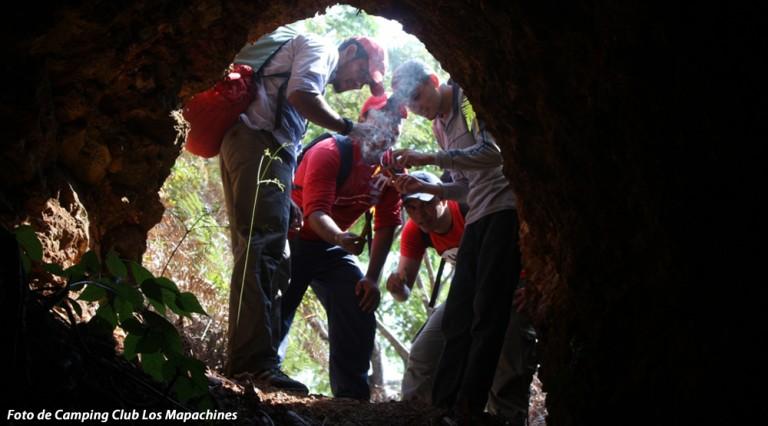 El excursionismo consiste en realizar rutas o travesías, recorriendo lugares remotos sin senderos, como zonas montañosas, montes, bosques, selvas, costas, desiertos, cavernas, cañones y ríos.