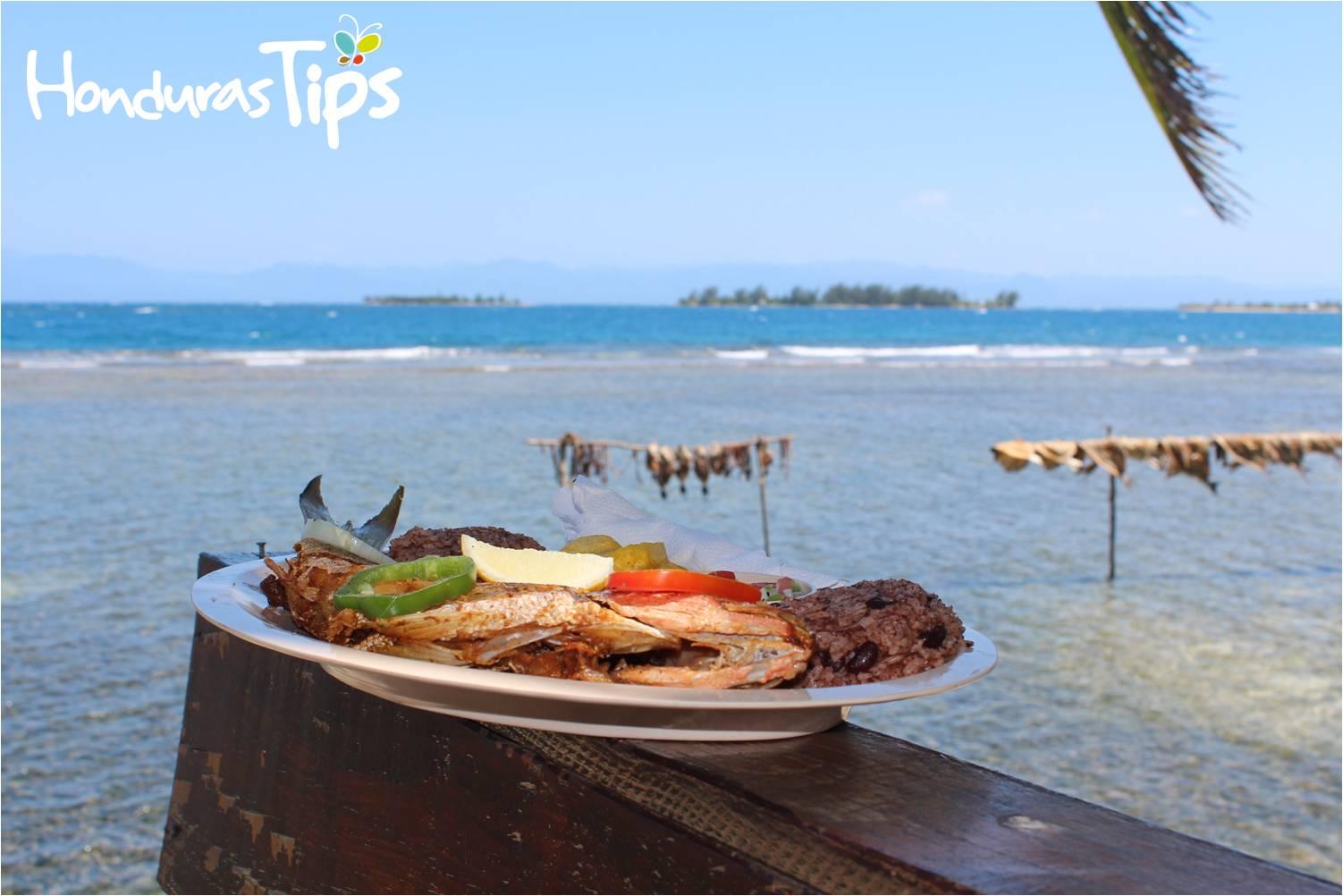 En la comunidad de East, End de Cayos Cochinos podrá saborear la gastronomía local con un hermoso paisaje.