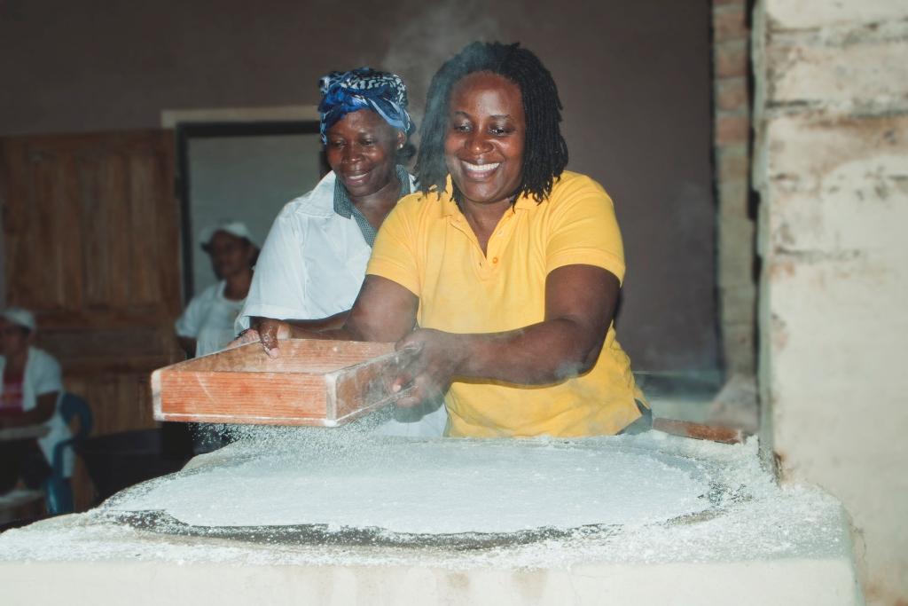 Conozca una fábrica de casabe para conocer uno de los elementos básicos de la dieta en la cultura garífuna.