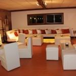 Un relajado ambiente lounge con toques coloniales.