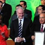 """La primera edición del """"Libro de Oro"""" de Viajes y Turismo se inauguró el 17 de mayo con la firma del gobierno de México, representado por su Presidente Felipe Calderón. Fotografía de www.wttc.org."""