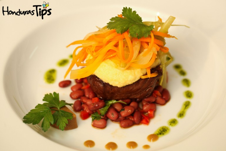 La cocina de Rojo, Verde y Ajo sirve especialidades italianas, y sobre todo una gama de pastas; pero el alma tropical de Honduras persiste en el menú.