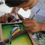 El talento de los jóvenes en Artesanos y Guías de El Pino se plasma también en distintos cuadros de madera / The talent of all the artisans at Artesanos y Guías de El Pino is reflected in various wooden frames.