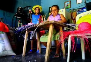 La señora Cruz Rivera es otra de las expertas en elaborar sombreros y charras de junco.