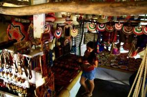 Un puesto de productos artesanales, hechos en Santa Bárbara, a la altura de Ilama.