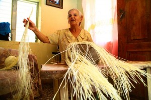 Todo el mundo conoce a doña Elisa Pineda por ser una de las vecinas con más experiencia en la elaboración de sombreros y otras manualidades de junco.