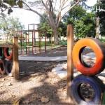 El área de juegos infantiles está acondicionada para divertirse y a la vez tener conciencia ecológica / The playground is equipped for children to enjoy themselves while raising awareness about the environment