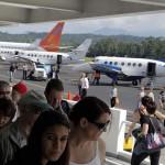 Cienes de turistas llegaron en vuelos fletados para disfrutar de las bondades de la costa hondureña. Foto de Esaú Ocampo.