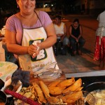En el área del estacionamiento entre la Plaza Elena de Carías y la Casa de la Cultura Paceña encontrará lo mejor de las bebidas y comidas típicas de la zona.