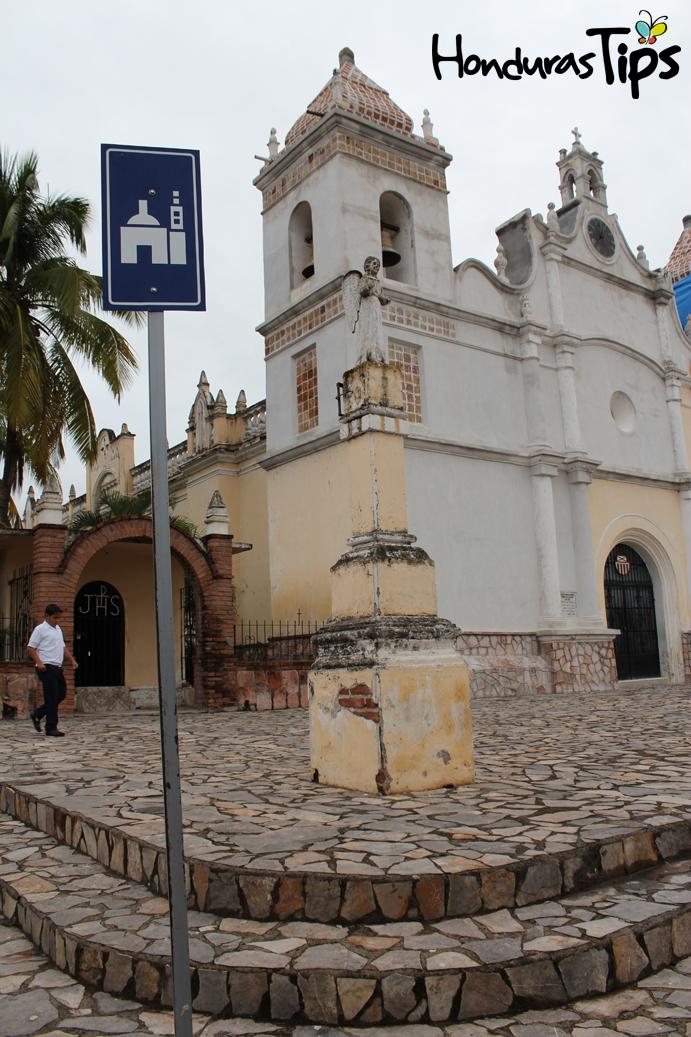 """Frente a la Plaza Elena de Carías, la iglesia de Nuestra Señora de los Dolores cuenta la historia de la ciudad del """"valle de las piedras""""."""